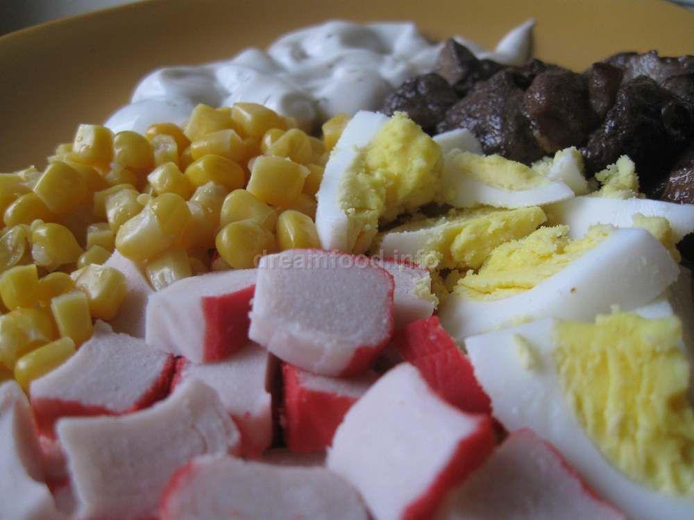 салат с кукурузой и грибами и крабовыми палочками
