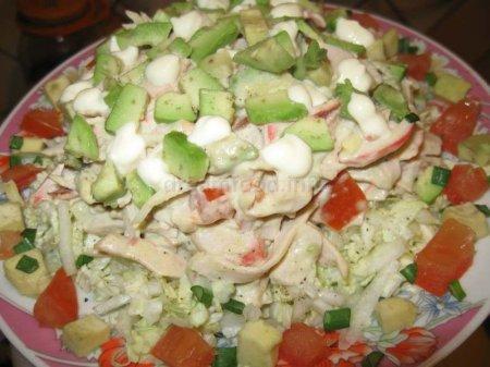 Салат з крабового м'яса на овочевій подушці