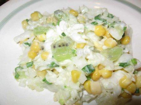Салат из пекинской капусты, кукурузы и киви