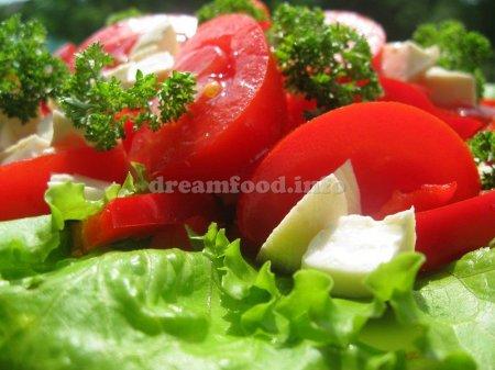 Салат с брынзой, помидорами и красным перцем