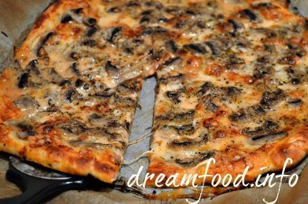 Пицца с грибами и моцыреллой