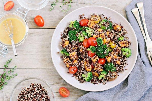 брокколи, помидоры и другие овощи на тарелке