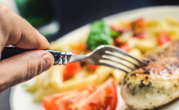 вилка в руке кушает обед
