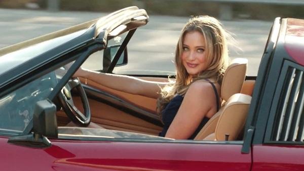 женщина в красном кабриолете