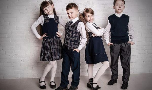 мальчики и девочки в школьной форме