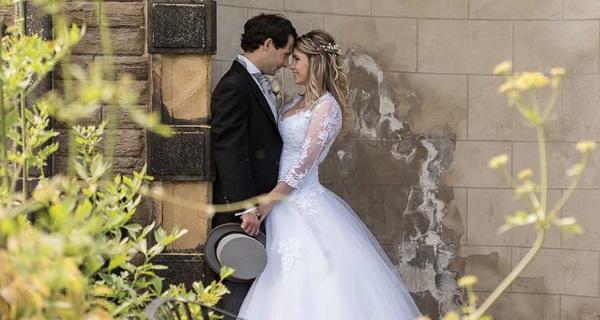 жених и невеста возле стены замка
